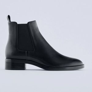 BNWT Classic Black leather heeled chelsea boots